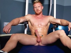 Hot redhead Max London pumps some iron and a